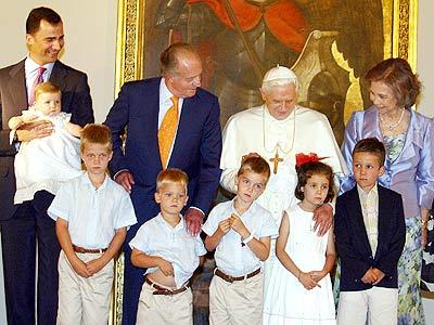 La familia real española y el papa Benedicto XVI.