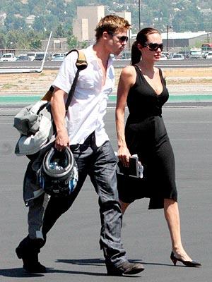 Brad Pitt y Angelina Jolie en un aeropuerto de Los Ángeles.