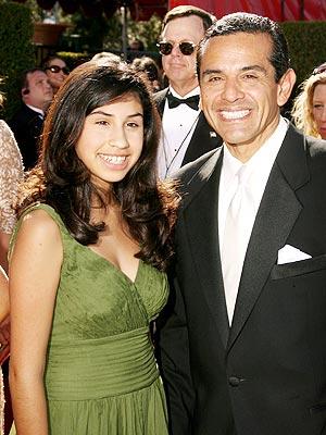El alcalde Villaraigosa y su hija en los Emmy.