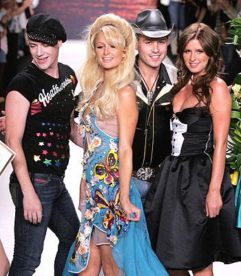 Los diseñadores de Heatherette junto a Paris y Nicky Hilton