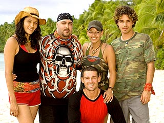 La tribu Aitutaki (de izq. a der.): Cecilia Mansilla, Billy Garcia, Cristina Coria, Ozzy Lusth y John Calderón (abajo).
