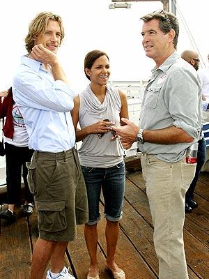 Halle Berry, su novio y Pierce Brosnan