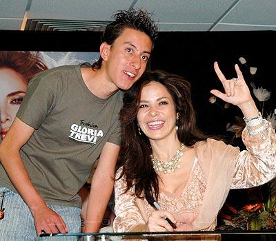 Gloria Trevi y uno de sus fans.
