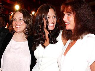 Marcheline Bertrand (izq.), Angelina Jolie y Jacqueline Bisset.