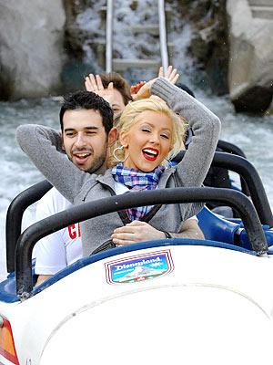 Christina Aguilera y su esposo en Disneylandia.