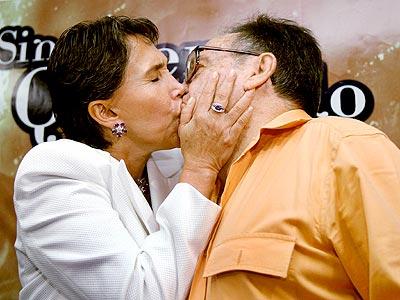 Florinda Meza y Chespirito demuestran su amor.
