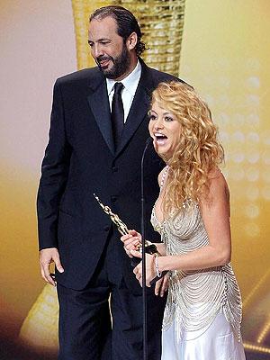 Juan Luis Guerra y Paulina Rubio en los premios Casandra.