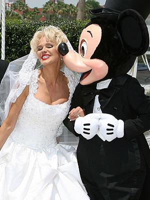 Charytín Goyco y Mickey Mouse