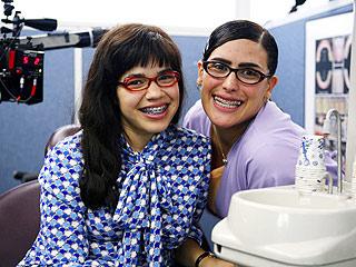América Ferrera y Angélica Vale en Ugly Betty.