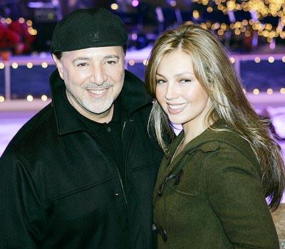 Tommy Mottola y Thalía en Rockefeller Center.