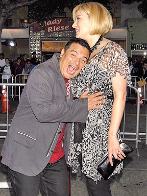 Carlos Mencia y Amy Mencia