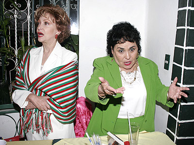 Carmen Salinas con Norma Lazareno