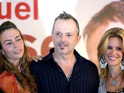 Miguel Bose con Sasha Sokol (izq.) y Rebeca de Alba (der.)