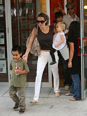 Angelina Jolie y Brad Pitt con Maddox, Shiloh y Pax