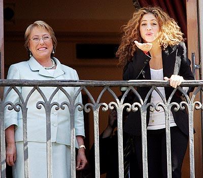 Shakira junto a la presidenta de Chile.