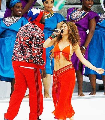 Wyclef Jean y Shakira en la final del Mundial.