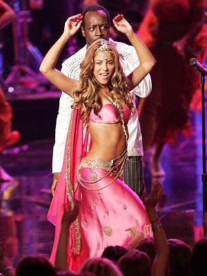 Shakira y Wyclef Jean durante su actuación en los premios MTV.