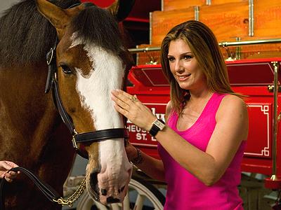Daisy Fuentes con caballo