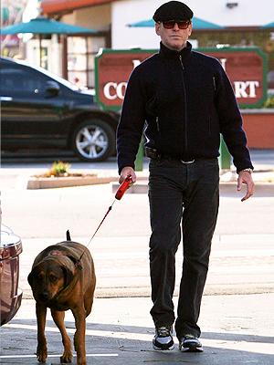 Pierce Brosnan con su perro