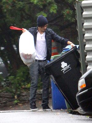 Zac Efron sacando la basura