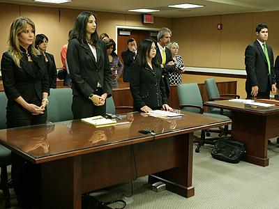 Myrka Dellanos (extrema izquierda) y Ulysses Alonso (extrema derecha) en la corte de Miami el 30 de abril