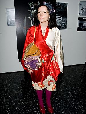 Björk, Escándalos de aeropuerto