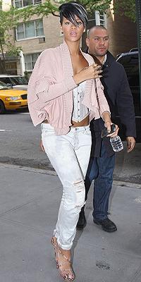 RIHANNA, jeans rotos