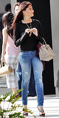 SOFÍA VERGARA, jeans rotos