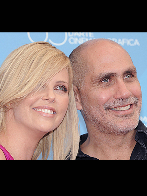 Guillermo Arriaga y Charlize Theron