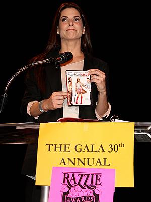 Sandra Bullock acepta el premio a la peor actriz del año