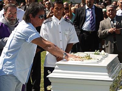 Roberto Carlos en el sepelio de su madre