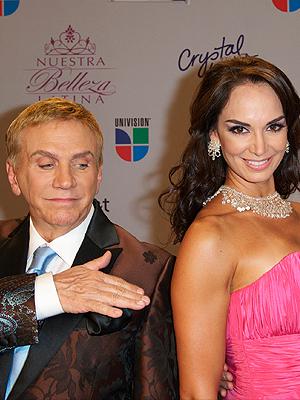 Osmel Sousa junto a Lupita Jones