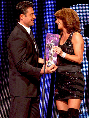 Fernando Colunga entrega Premio Oye a Lucero