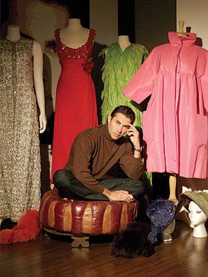 Nicolás Felizola, rodeado de su famosa colección de María Félix