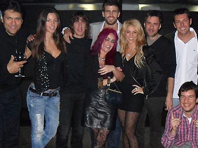 Shakira y Piqué celebrando su cumpleaños con varios amigos