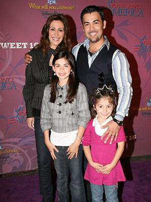 Ninette Ríos y Rogelio Martínez con sus hijas