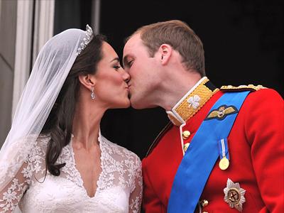 El primer beso como esposos de los príncipes William y Kate