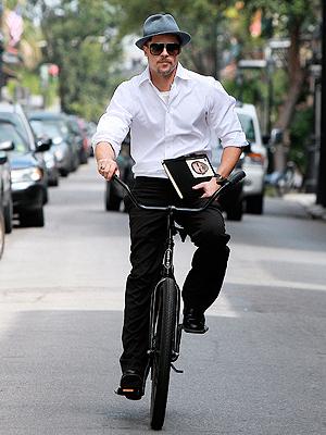 Brad Pitt, Súbete a mi bici
