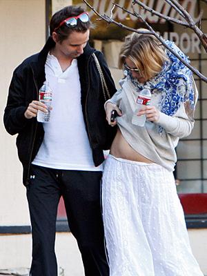 Kate Hudson y su novio Matthew Bellamy, paseando por Los Ángeles hace algunos meses cuando apenas se notaba el embarazo