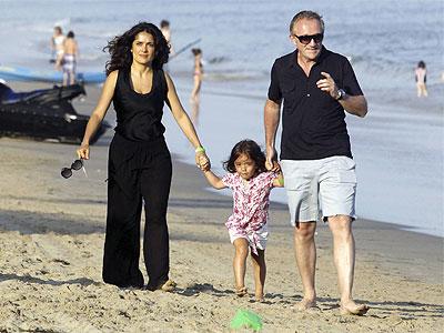 Salma, Valentina y Henri Pinault paseando en Malibú