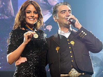 Ximena Navarrete y Alejandro Fernández