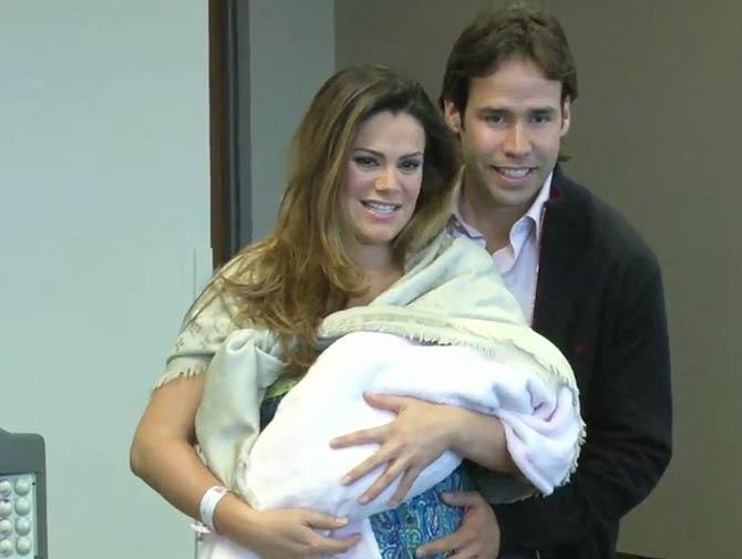 Luz Elena González y su esposo presentan a su bebé