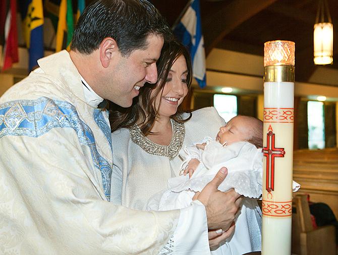 El padre Alberto Cutié bautiza a su hijo junto a su esposa Ruhuama Canellis