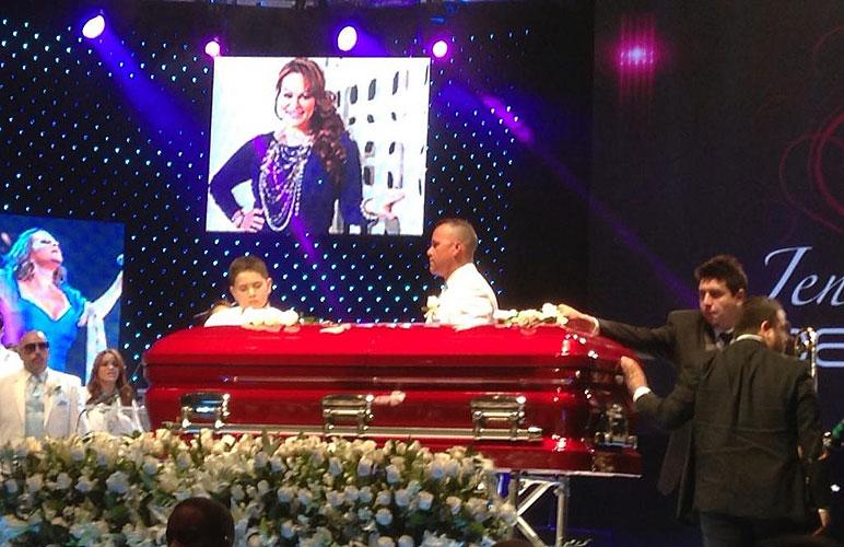 Muerte de Jenni Rivera, tributo, homenaje, fans, casa, madre, familia, Pedro Rivera Jr., Johnny López