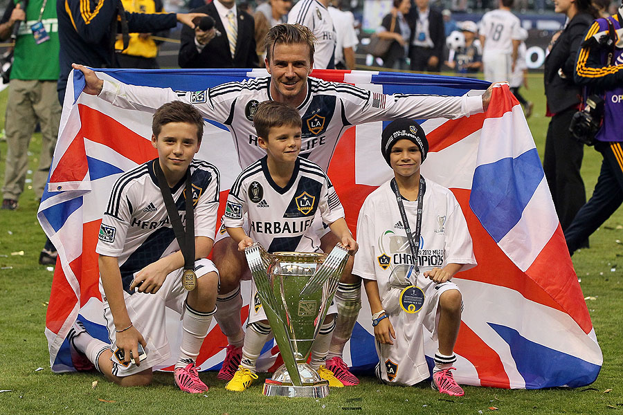 DAVID BECKHAM, BROOKLYN, CRUZ Y ROMEO