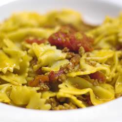 Pasta con pollo y salchicha italiana