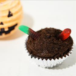 Cupcakes de chocolate con gusanos