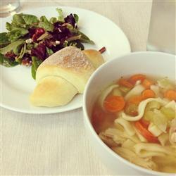 Sopa de pollo con fideos caseros