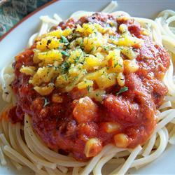 Espagueti picante con frijoles y elote