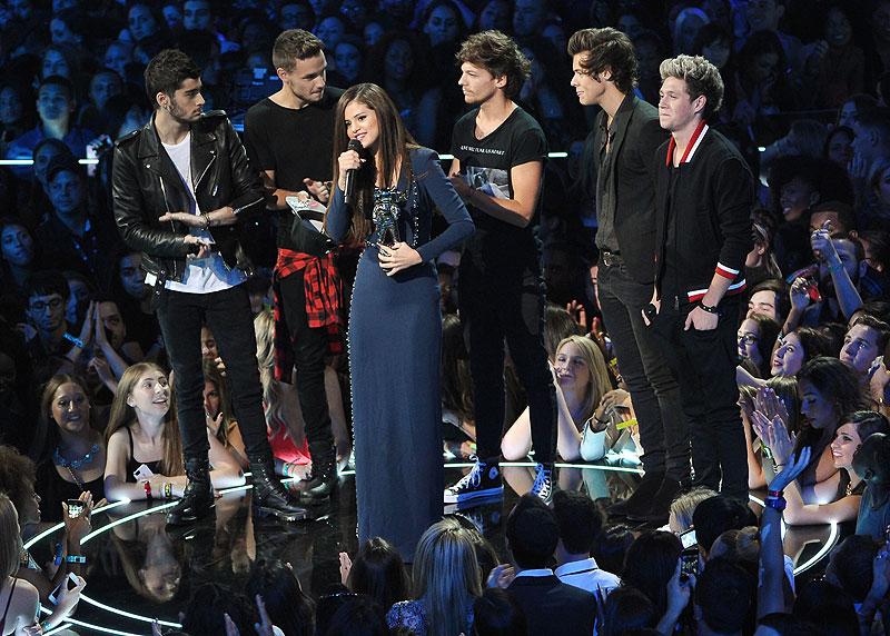 One Direction, Selena Gómez, Míralos